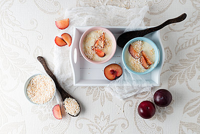 Yoghurt with plums and puffed amaranth - p300m1550026 by Mandy Reschke