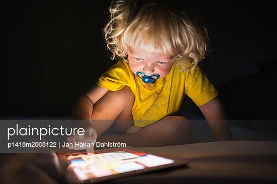 Kleiner Junge spielt mit Tablet PC - p1418m2008122 von Jan Håkan Dahlström