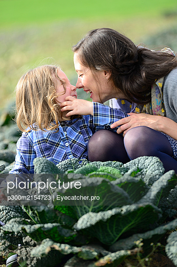 Mother with daughter in a savoy field, nose to nose - p300m2154723 by Eyecatcher.pro