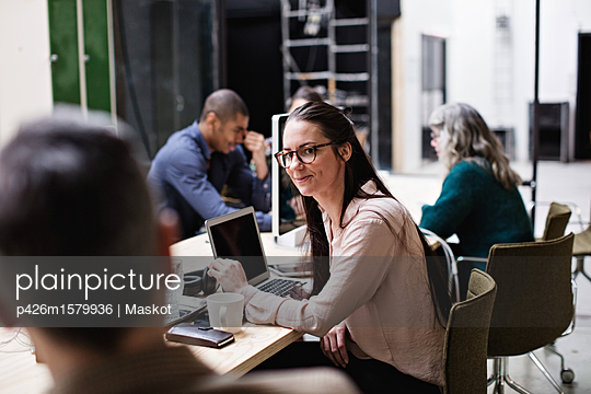 plainpicture - plainpicture p426m1579936 - Male and female business co... - plainpicture/Maskot