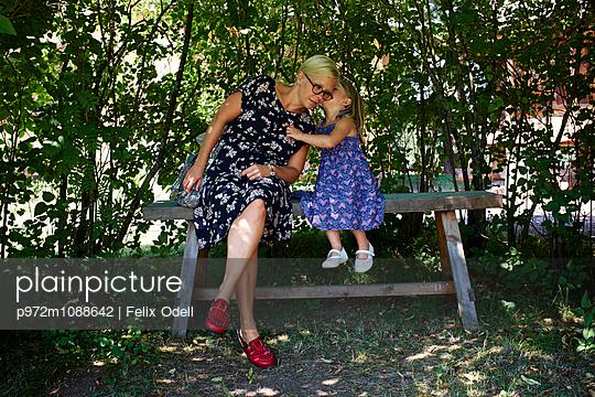 Mutter und Tochter im Garten - p972m1088642 von Felix Odell
