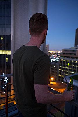 Mann auf Dachterrasse - p1156m2015815 von miep