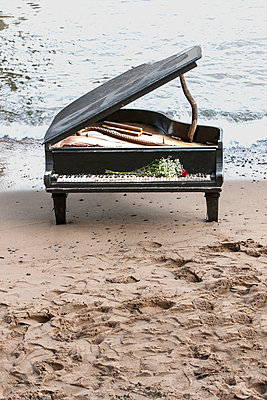 Old piano abandoned on beach. - p1328m1165900 by Pierre Desrosiers