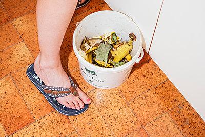 Fuß und Biomüllkübel - p1357m1488494 von Amadeus Waldner