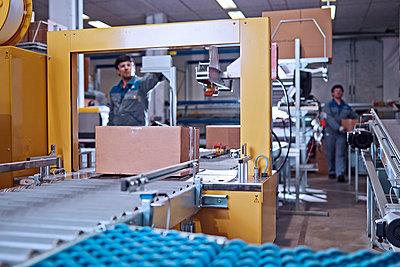 Men at work at conveyor belt in factory - p300m1562309 by Christian Vorhofer