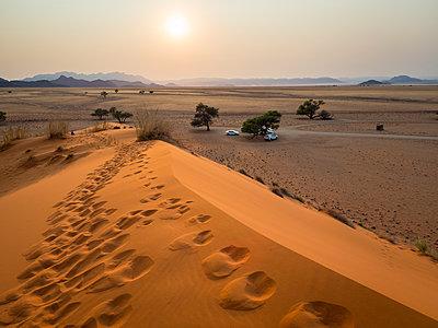 Africa, Namibia, Namib desert, Naukluft National Park, Sossusvlei, Elim dune at sunrise - p300m1568376 von Roy Jankowski