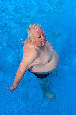 Elderly man in a pool - p427m972702 by R. Mohr