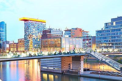 Bürogebäude Colorium im Medienhafen Düsseldorf - p587m1155117 von Spitta + Hellwig