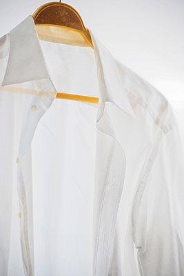 Weißes Hemd auf einem Kleiderbügel - p1418m1572488 von Jan Håkan Dahlström