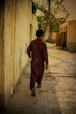 Boy walking in the village - p794m1057119 by Mohamad Itani