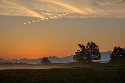 Germany, Pfaffenwinkel, view of landscape at sunrise - p300m2059183 by Lisa und Wilfried Bahnmüller