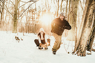snow fun couple berlin germany - p300m2286412 von Malte Jäger
