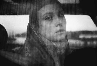 Woman looking through a car window - p567m1056321 by Gabrielle Duplantier