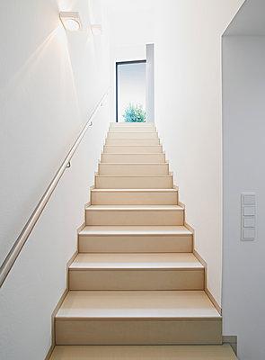 Treppenaufgang in Wohnhaus  - p982m883521 von Thomas Herrmann