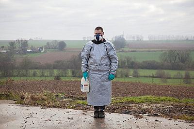 Bauer mit Chemikalien - p1058m831610 von Fanny Legros