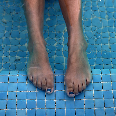 Painted toenails - p1105m908469 by Virginie Plauchut