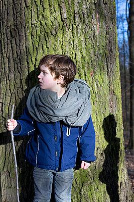 Kind im Wald - p1308m1332348 von felice douglas