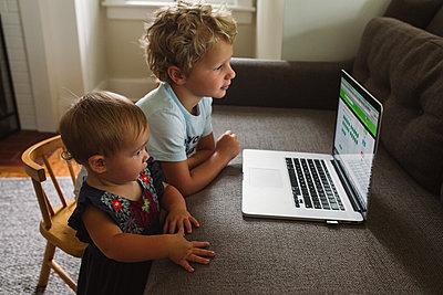 Am Laptop lernen - p1361m1463532 von Suzanne Gipson
