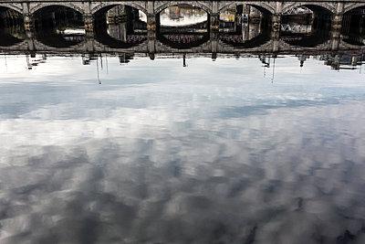 Spiegelung im River Clyde - p354m1215334 von Andreas Süss