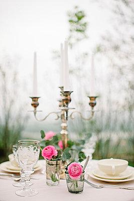 Kerzenleuchter auf Festtafel - p540m1042936 von Claire Morgan