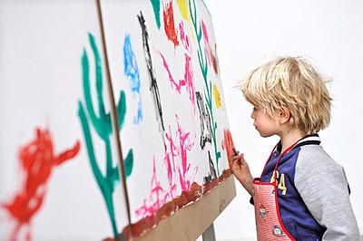 Junge malt mit Wasserfarben - p896m836006 von Amber Beckers