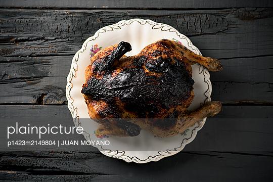 Burnt turkey on a decorated ceramic tray - p1423m2149804 von JUAN MOYANO