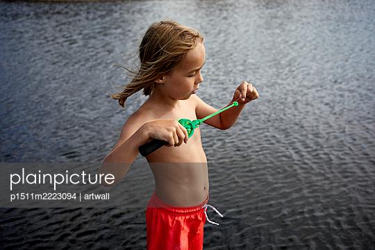 Junge am Meer mit einer kleinen Angel - p1511m2223094 von artwall