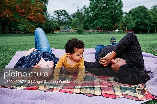 Family in the park. London, England. - p300m2287213 von Angel Santana Garcia