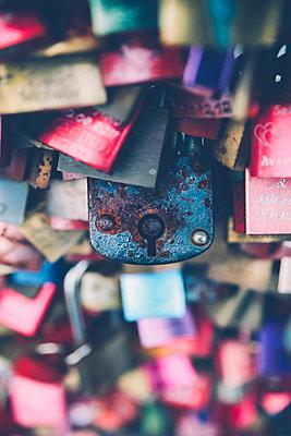 Love locks, close-up - p300m1175932 by Retales Botijero