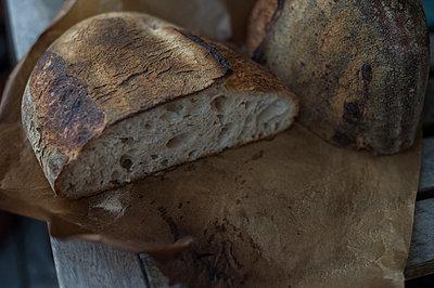 Frisches Laib Brot - p947m1526400 von Cristopher Civitillo