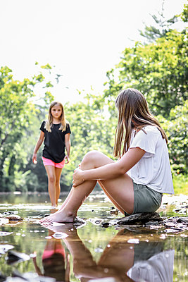 Schwestern am Fluss - p1019m1467401 von Stephen Carroll
