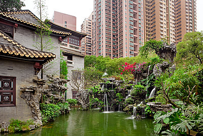 An ancient chinese garden surrounded by tower blocks - p1558m2132824 by Luca Casonato