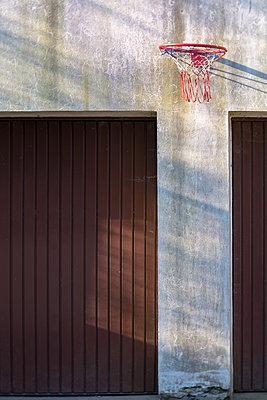 Basketballkorb zwischen Garagentoren - p739m1563426 von Baertels