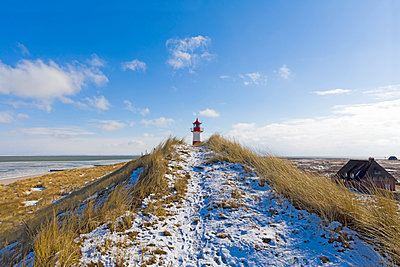 Germany, Schleswig-Holstein, Sylt, beach, dune and lighthouse in winter - p300m2029659 von Artmedia