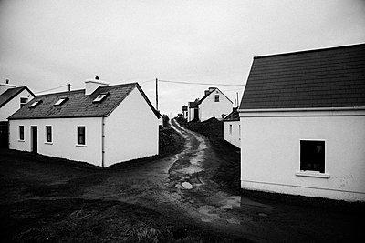 Small White Houses in Rural Village on Rainy Day, Ireland - p694m1175540 by Matt Licari