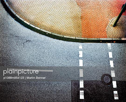 Ampelkreuzung aus Vogelperspektive - p1088m854123 von Martin Benner
