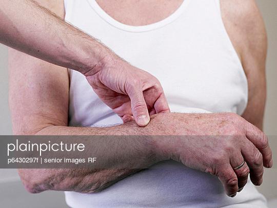 Arzt misst Blutdruck  - p6430297f von senior images RF