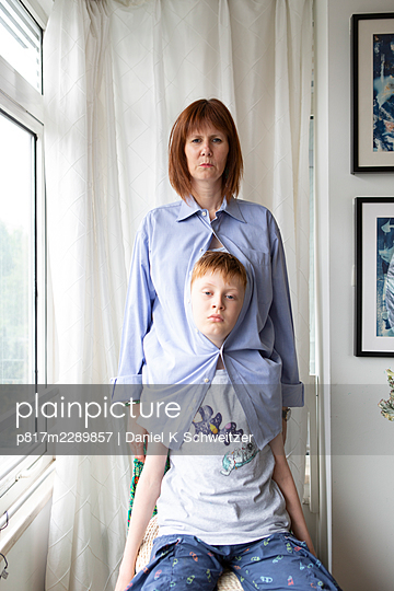 Mother and son at the window, portrait - p817m2289857 by Daniel K Schweitzer