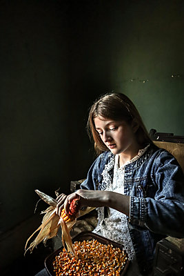 Mädchen mit Maiskolben - p1019m2142908 von Stephen Carroll