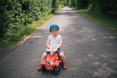 Kleiner Junge auf einem Bobbycar - p1046m1220964 von Moritz Küstner