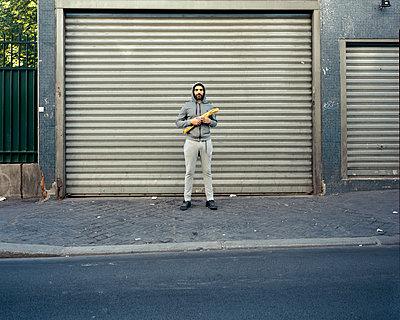 Man holding baguette - p1118m1540314 by Tarik Yaici