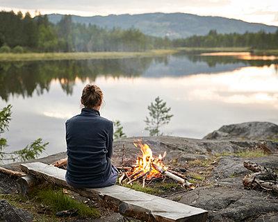 Lagerfeuer am See - p1124m933510 von Willing-Holtz