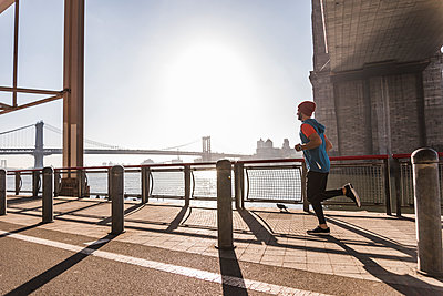 USA, New York City, man running at East River - p300m1192316 by Uwe Umstätter