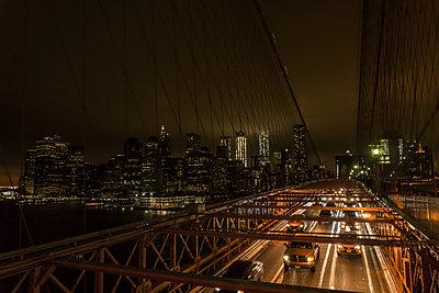 USA, New York City, traffic on bridge at night - p300m1450284 by Uwe Umstätter