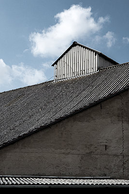 Scheunendach - p354m1133808 von Andreas Süss