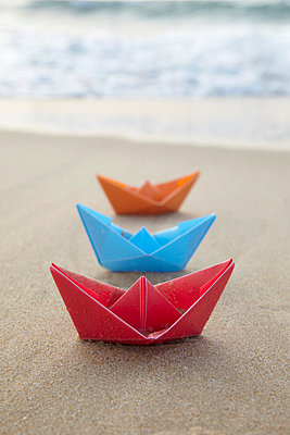 Papierboote am Strand - p4642044 von Elektrons 08
