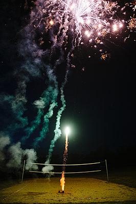 Feuerwerk bei Nacht - p819m1065074 von Kniel Mess
