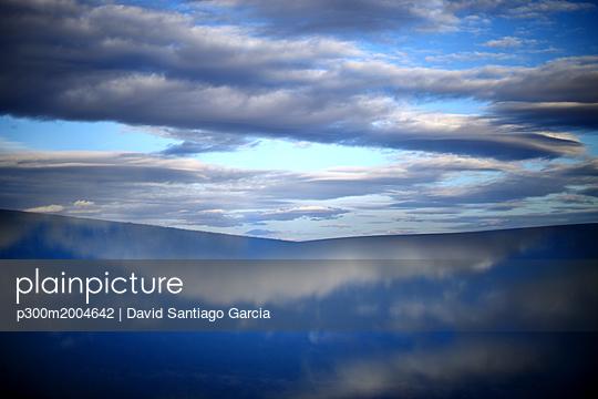 Spain, Castilla y Leon, Province of Zamora, Reserva natural de Lagunas de Villafafila, water reflection and clouds - p300m2004642 von David Santiago Garcia