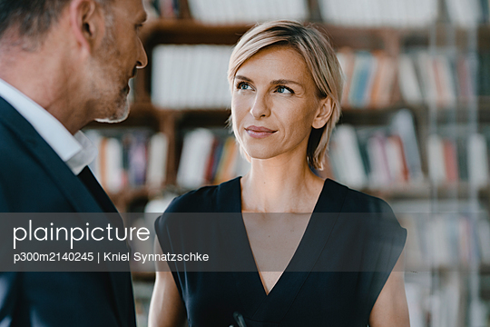 Businessman and woman talking about solutions - p300m2140245 by Kniel Synnatzschke