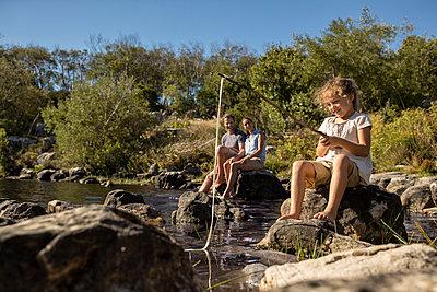 Familie am See - p1355m1574067 von Tomasrodriguez